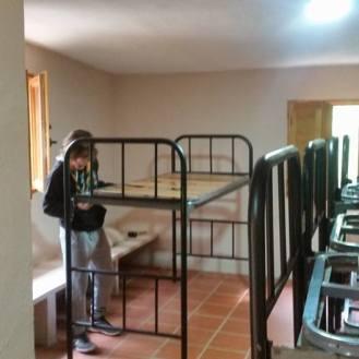 Buidant el refugi per a posar lliteres noves