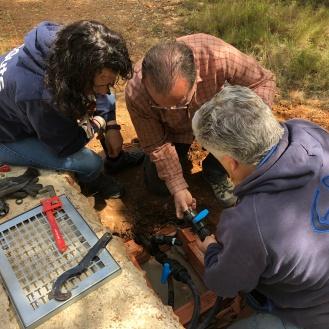 Treballant en l'arqueta del trasvasament d'aigua